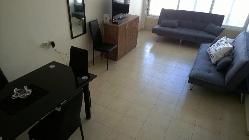 3 bedrooms luxury apt  steps away from the sea, holiday rental in Rishon Lezion