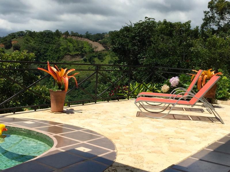 ... o simplemente sentarse y relajarse en la piscina, su opción!