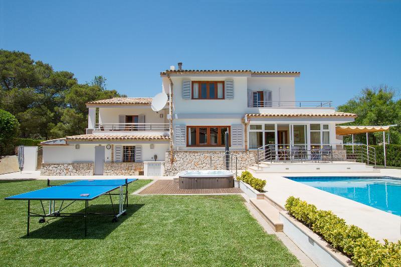Perfect holiday villa. Walking distance to the beach. Private pool, jacuzzi and, alquiler de vacaciones en Port de Pollença