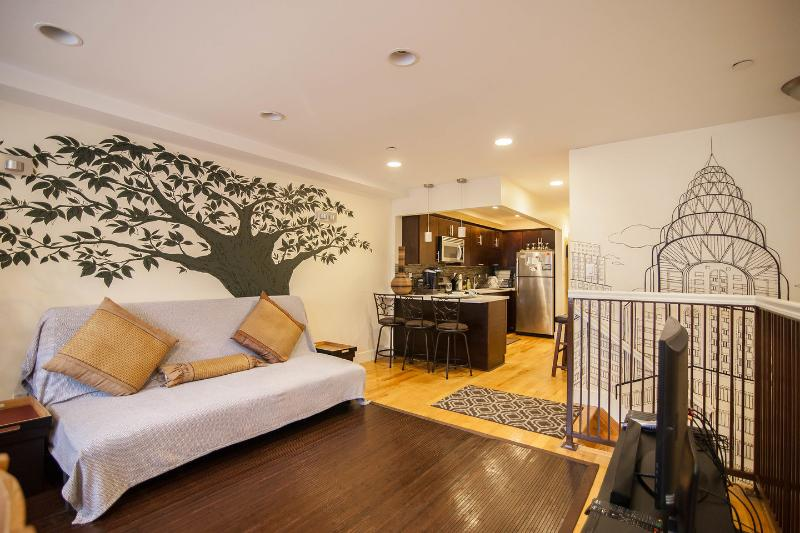 The Bushwick: 3BR 2BA Sleeps 8-12, NYC in 20 mins, vacation rental in Brooklyn