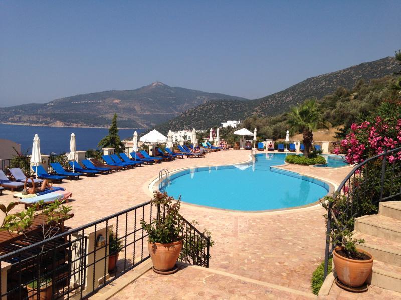 Πανέμορφη πισίνα 25μ με μεγάλη βεράντα και εκπληκτική θέα στη θάλασσα και στο βουνό