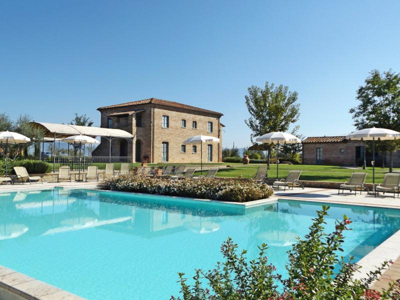 View of the pool area with La Fiorita Farmhouse in background