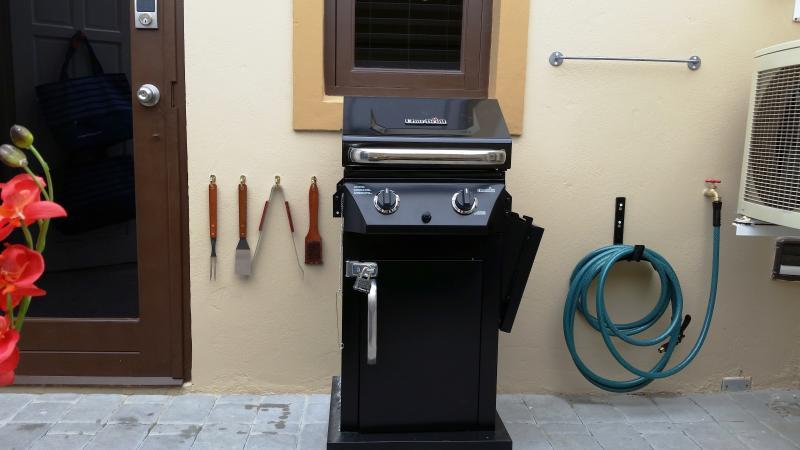 Construit en barbecue dans notre arrière-cour nouvellement pavée privée. Petit mais si confortable. Nous fournissons le propane.