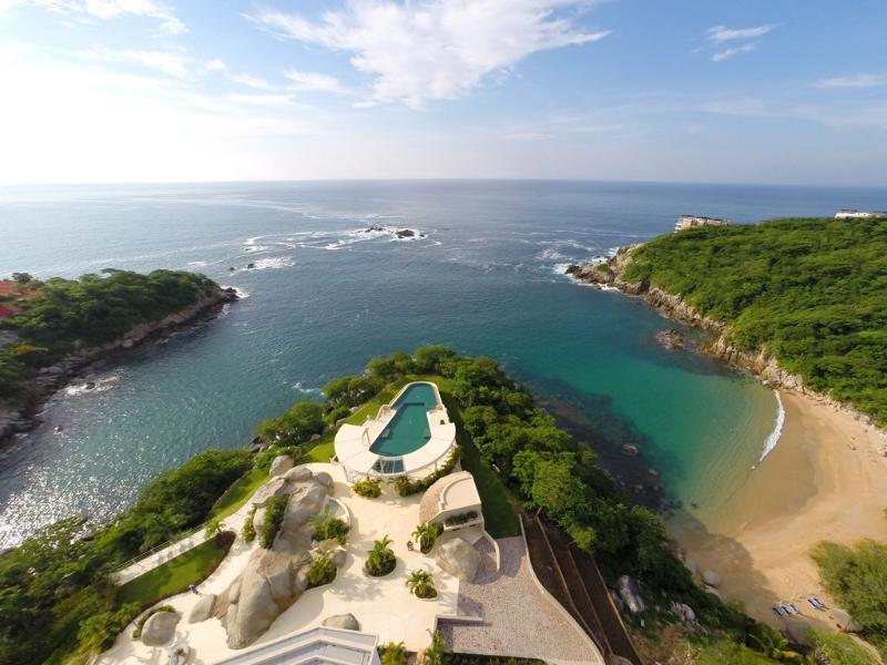 Luxury 2 bedroom condo with access to beach, holiday rental in Huatulco