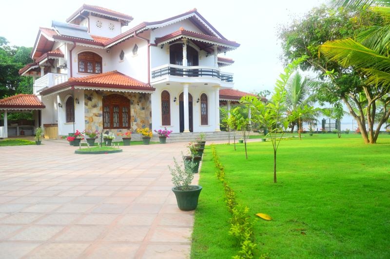 Sri Lagoon Villa Negombo doubleroom with breakfast, holiday rental in Pamunugama