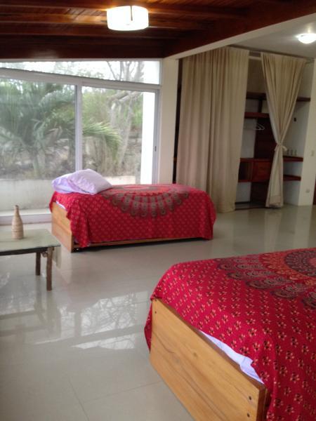 camas individuales, una arriba y una abajo, aqui hay cuatro, de dia se usan como sofas