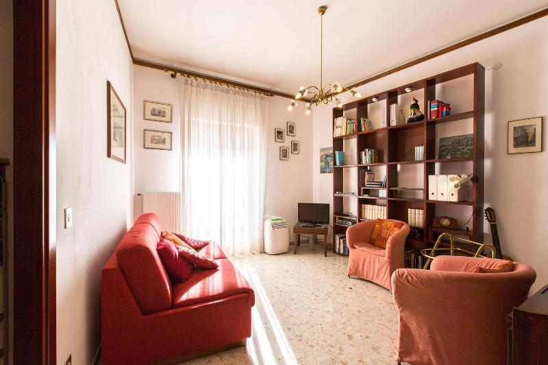 Sunny apartment in metro Chalet in Rome
