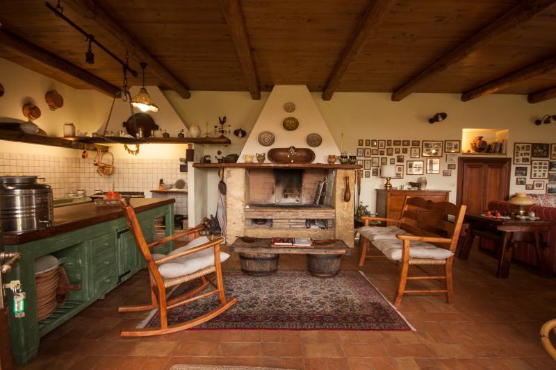 Appartamento Trilocale con giardino privato, holiday rental in Pescia Romana