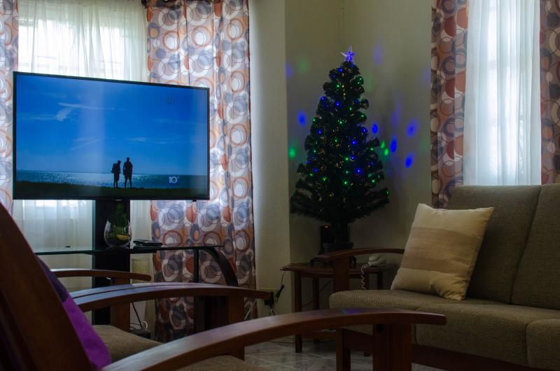 Hopeville Guest House 2 Bedroom apartment, vacation rental in Six Cross Roads