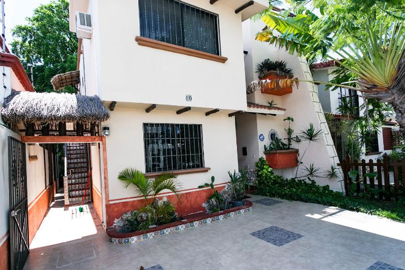 3 Bedroom Villa Maya Cancun Groundfloor with Patio, holiday rental in Cancun