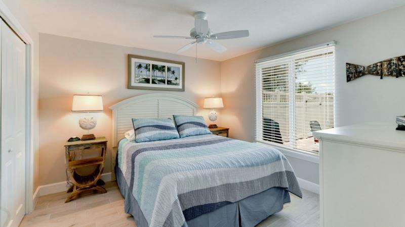 Bedroom 1/Master   Queen Bed
