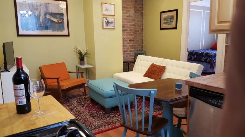 Café-stora bordet är instoppad mellan kök och vardagsrum.