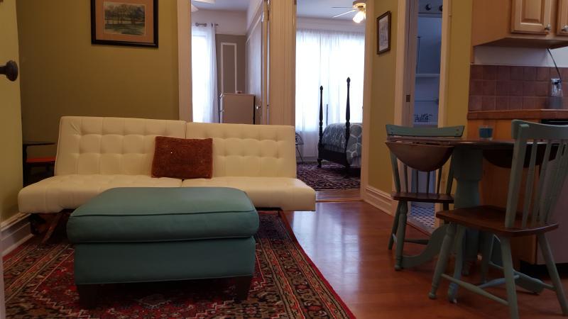 Denna lägenhet bästa passar 3 personer men rymmer 4 med en futon/bäddsoffa i bostadsutrymmen.