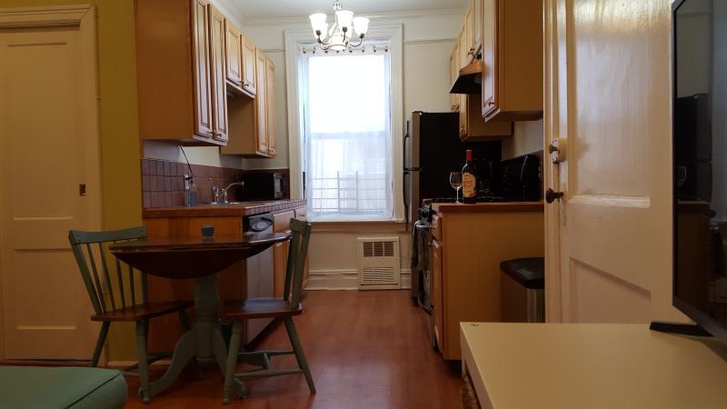 Galley köket är mycket rymlig med massor av lagring och counter utrymme.