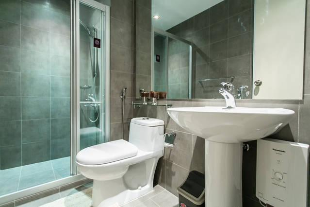 Bathroom with bidet, hot and cold shower, Hair dryer and 3-tier drawer