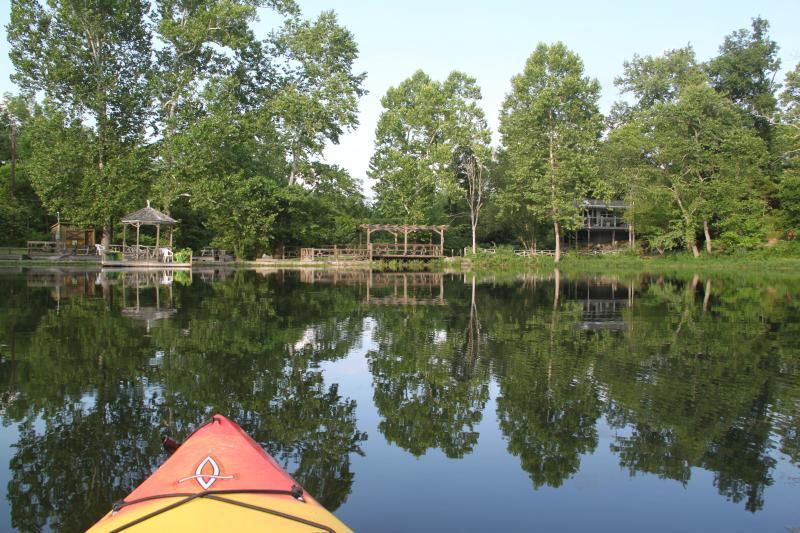 Vista del Cottage di Waterside, gazebo e canale di scarico dal kayak