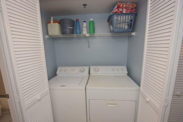 Full Size lavatrice / asciugatrice accanto al bagno per gli ospiti