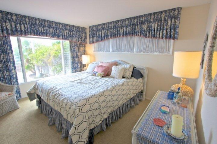 New king size bed and linens added 2015
