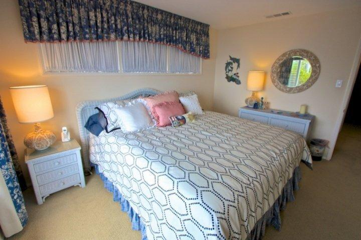 New comfortable hotel quality king bed with new linens - view the ocean from bed!