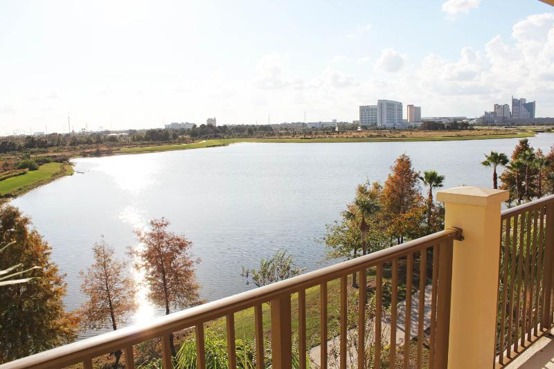 Villa Sogna Vista Cay Lakefront/Penthouse Condo O, holiday rental in Orlando