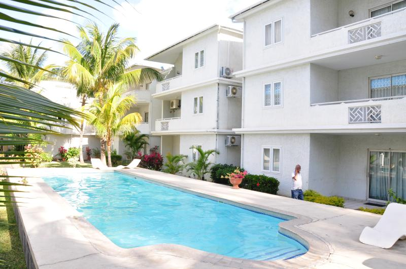 Beautiful swimming pool Apt just opposite to the beach