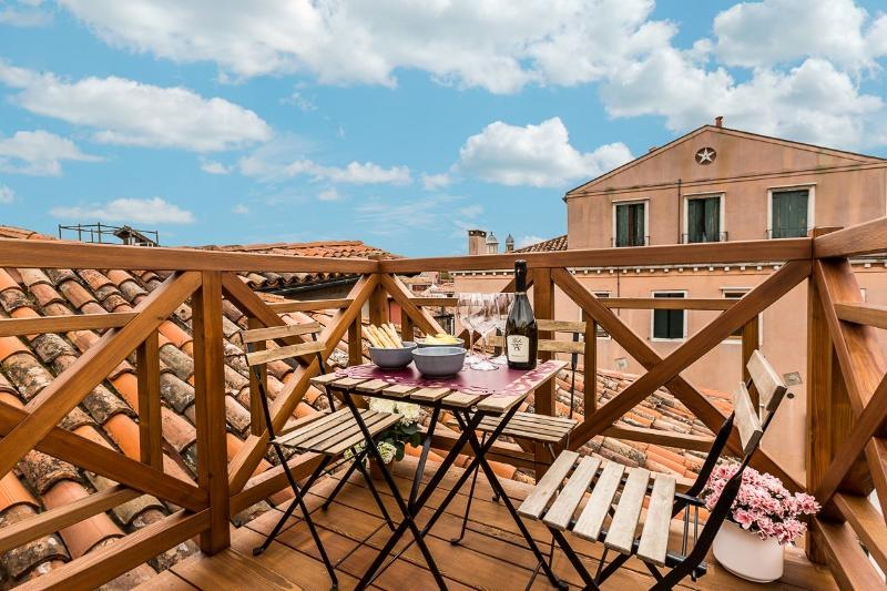 Guardi - attic on two levels with canal view and Altana, alquiler vacacional en City of Venice