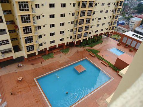 Zwembad met gevangen riverview & Kota Bharu stad weergave