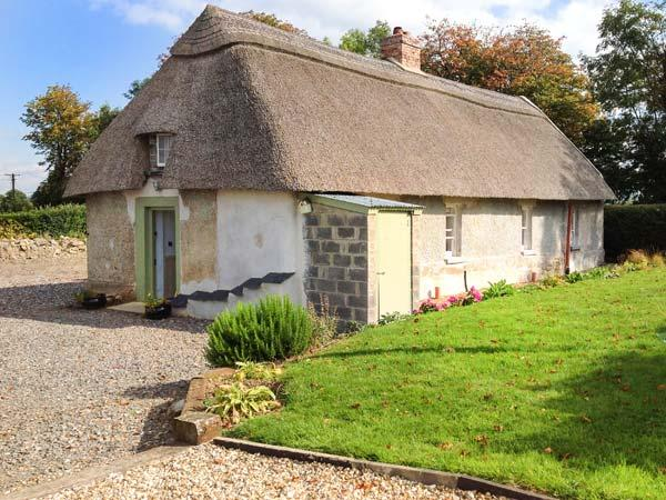 NEW THATCH FARM, thatched cottage, woodburner, off road parking, garden, in, vacation rental in Charleville