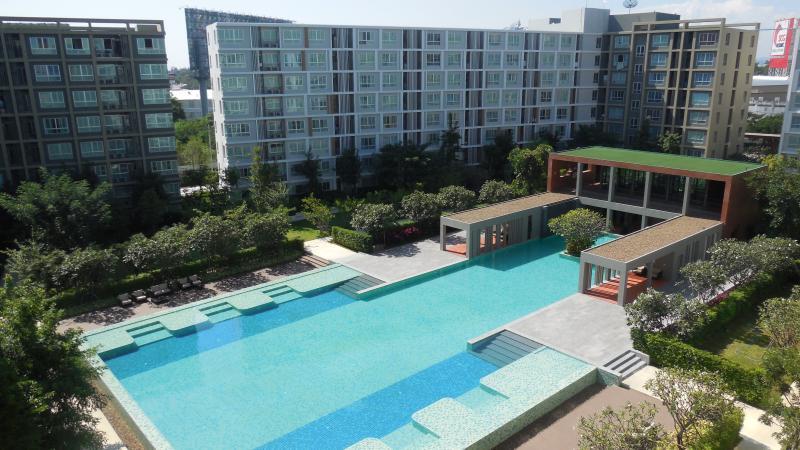 Cozy bedroom with internet, giant pool – semesterbostad i Ban Tha Kradat