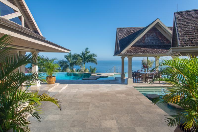 Em silêncio gazebo de entrada, piscina e sala de jantar águas Villa com vista da Baía de Montego