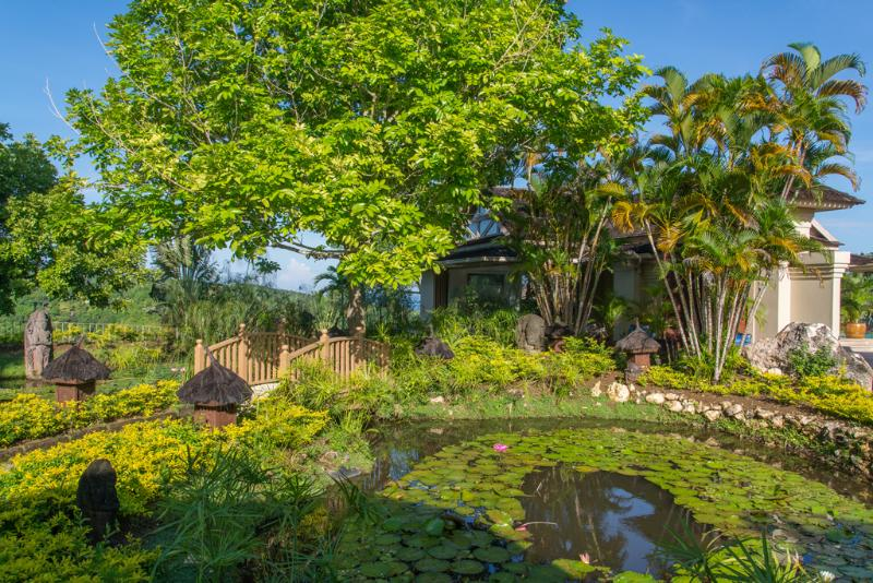 Silenciosa lagoa de águas Villa, ponte e pavilhão