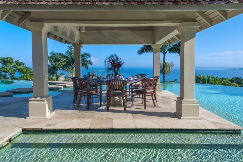 Villa de águas silencioso jantar gazebo e piscina com vista da Baía de Montego