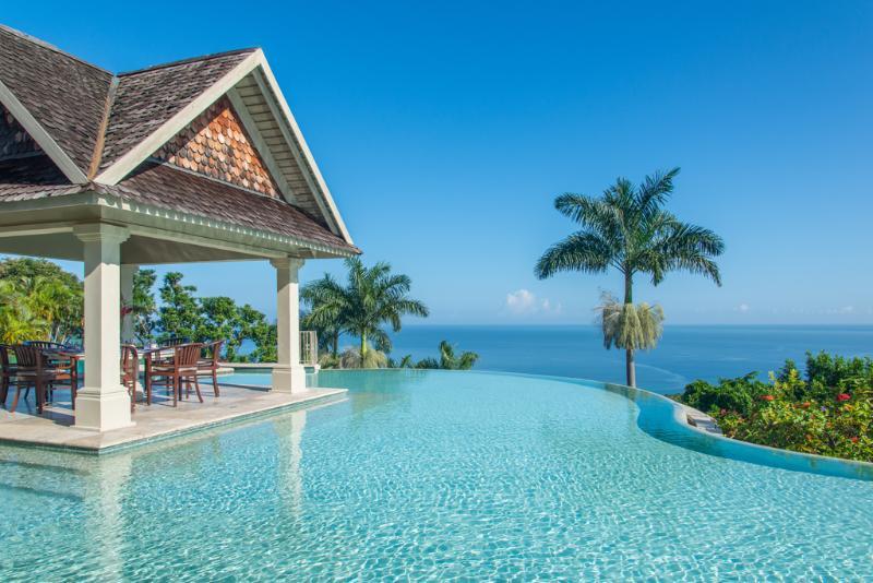 Piscina de águas Villa silenciosa e gazebo de refeições com vista para o mar