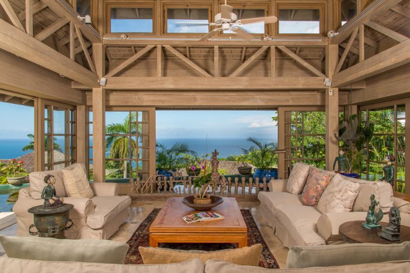 Silent Waters Villa proprietari salone della villa, artwork e vista sul mare