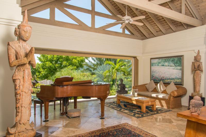 Pavilhão de águas Villa silenciosa com atendentes e piano de cauda