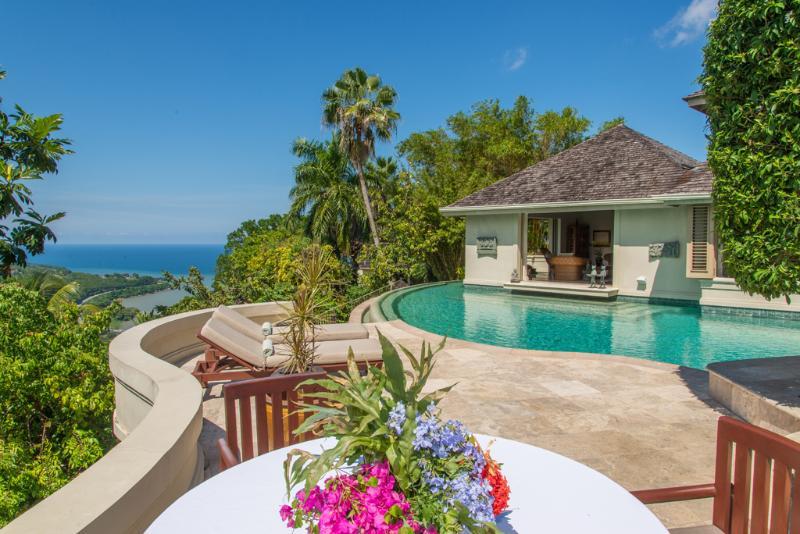 Silent Waters Villa proprietari villa piscina, prendisole e camera da letto con vista sul mare