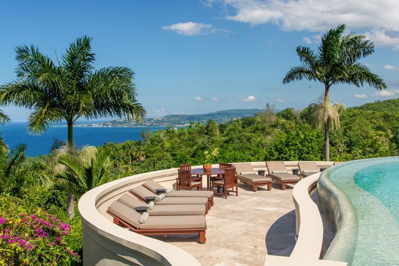 Em silêncio Villa de águas de piscina e terraço com vista da Baía de Montego