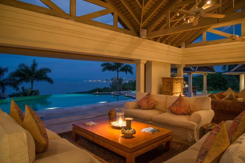 Pavilhão de águas Villa silenciosa área de estar com vista da Baía de Montego ao entardecer
