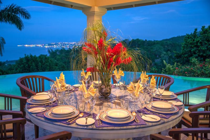 Silenzioso gazebo pranzo acque Villa con vista di Montego Bay al crepuscolo