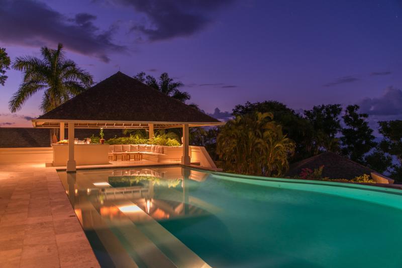 Em silêncio Villa de águas de piscina e bar da piscina lado ao entardecer