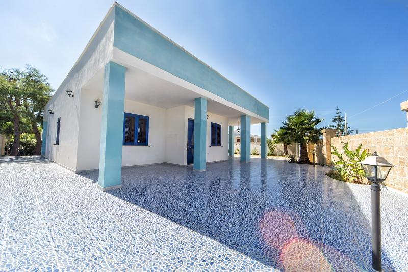 VILLA  AZZURRA A DUE PASSI DAL MARE, vacation rental in Gallipoli