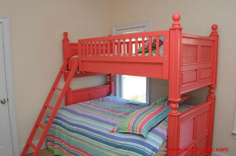 1st Floor Middle Bedroom with Twin/Double Bunkbed