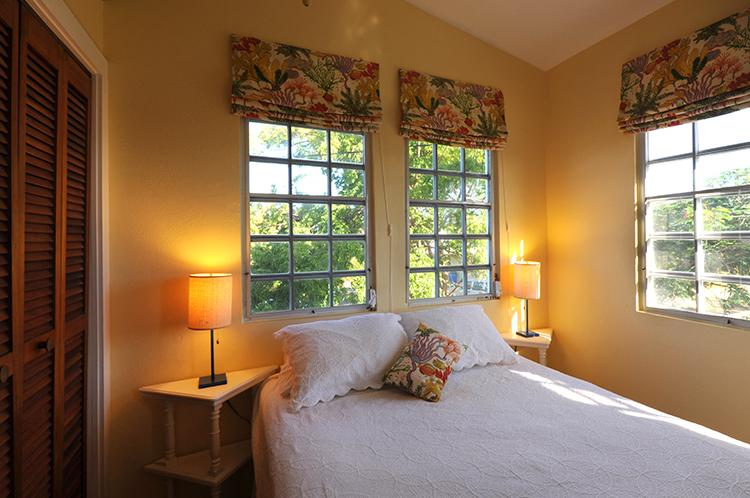 Guest room with queen and Daikin air conditioning