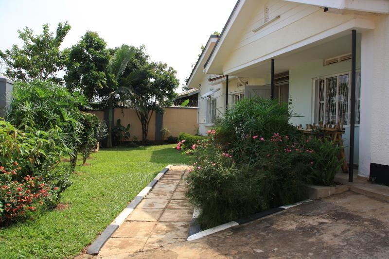 grazioso cortile verde circonda la casa