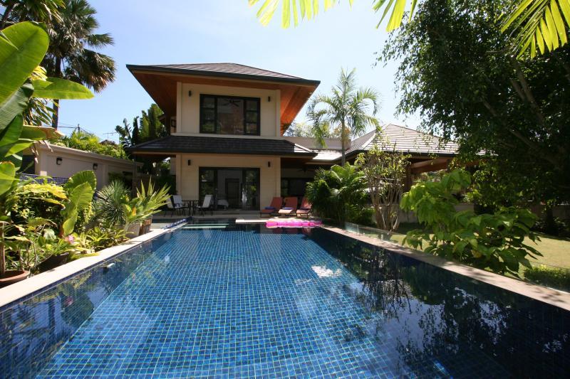 casa maior, com piscina privada e jardim tropical