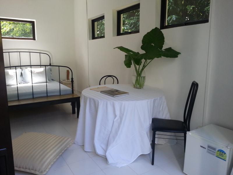 Busca de las puertas correderas de cristal en el dormitorio, vista de minibar a derecha