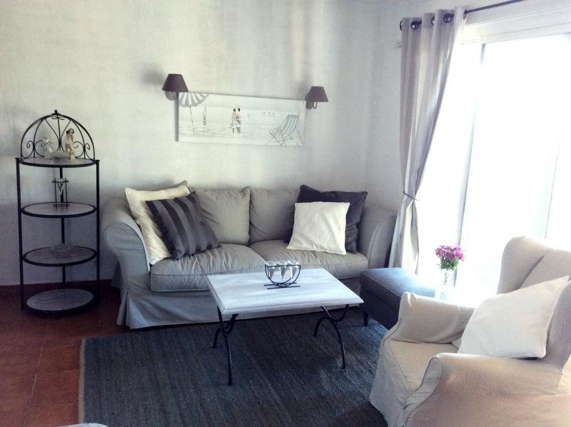 Wohnzimmer mit Schlafcouch für zwei Personen, neue Möbel, Sitzgelegenheiten für 6 + Personen