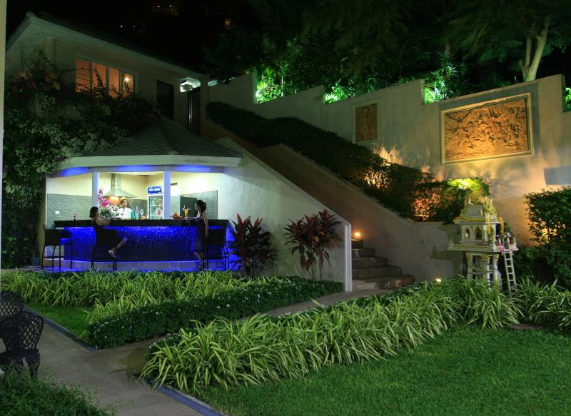 Le Bar extérieur et un barbecue dans la nuit