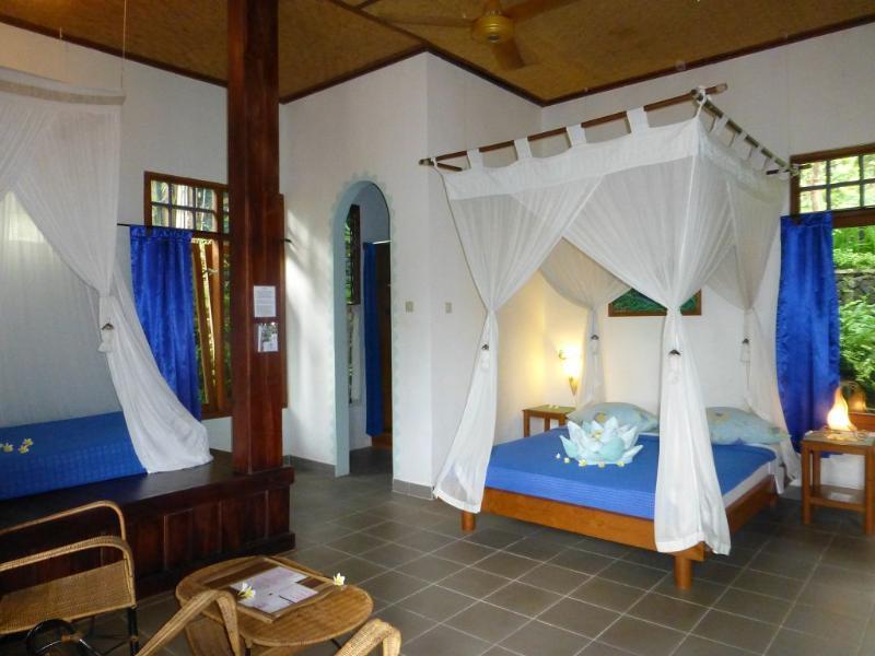 sup. Bungalow con 3 camas para 3 adultos o 2 adultos con 2 niños, vestidor, pequeña sala abierta