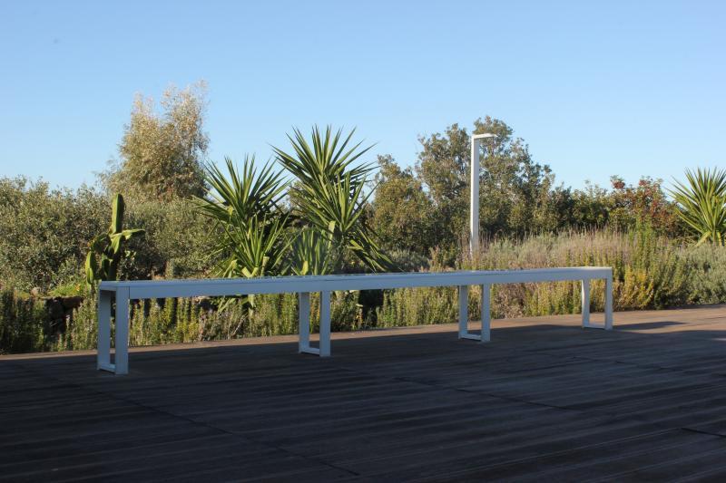 La panca e la doccia esterna sulla terrazza con vista mare.